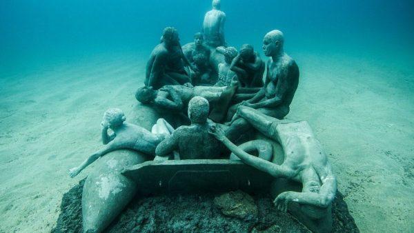 """""""Le radeau de Lampedusa"""", sculpture de Jason deCaires Taylor, immergée dans un musée sous-marin au large des îles Canaries."""